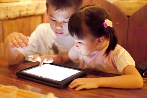Có nên cho trẻ tiếp xúc nhiều với công nghệ?